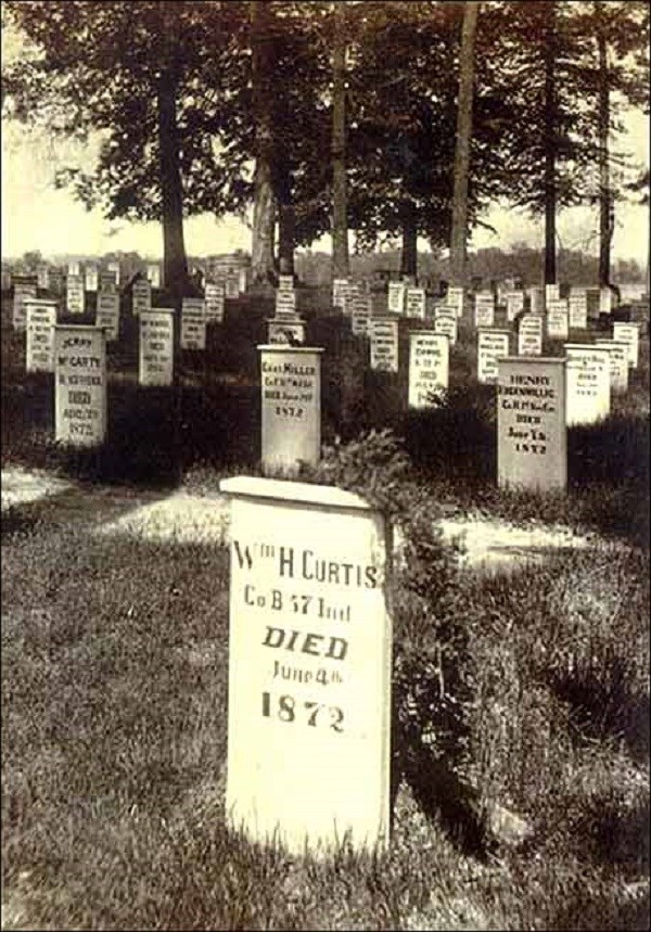Black and white photo of Civil War gravestones. (Courtesy of Dayton Veterans Affairs Archive)