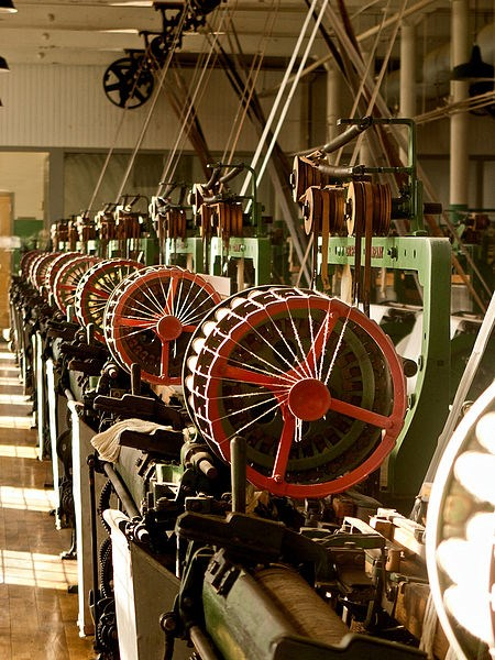 Looms at the Boott Cotton Mills. CC BY 3.0 by Jlpapple