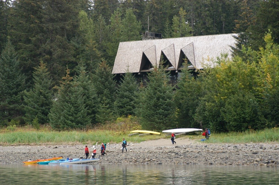 People beaching kayaks in front of Glacier Bay Lodge