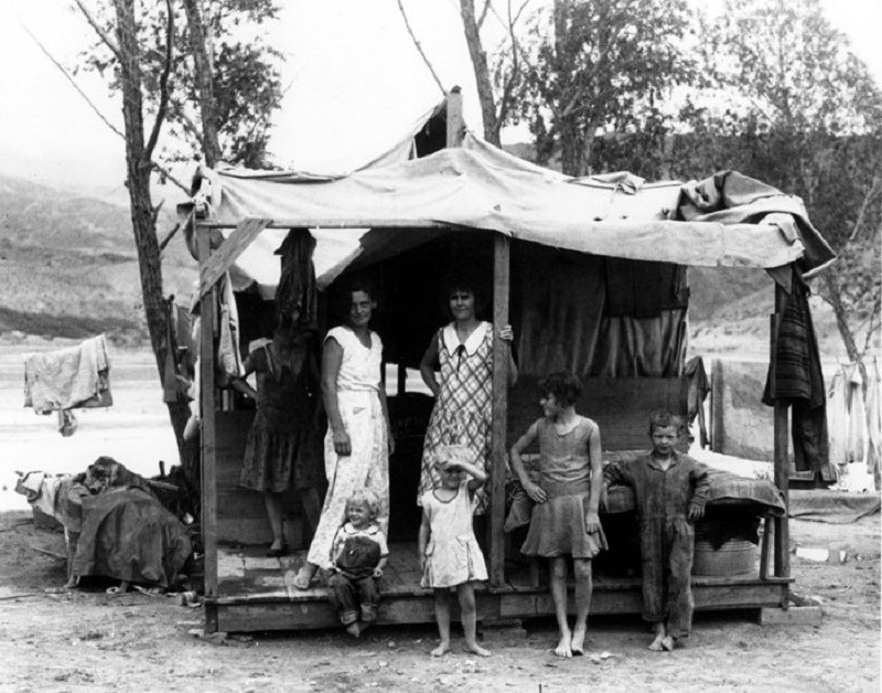 "Women and children under temporary shelter (called ""ragtown"") while men look for work to build Hoover Dam. (Boulder City Museum and Historical Association; photographer unknown. Used by permission)"