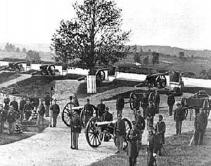 [photo] Union soldiers and artillery behind earthen berms at Fort Stevens.