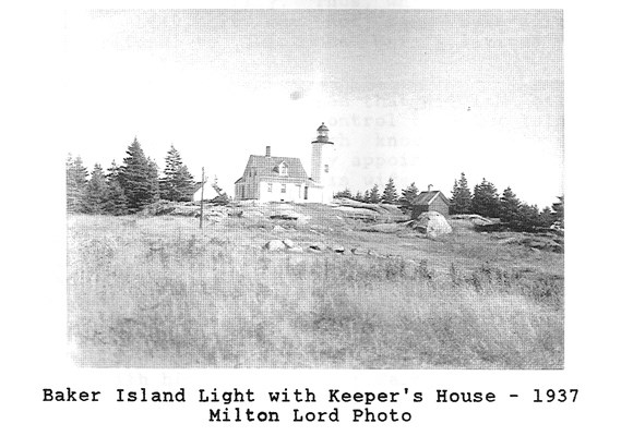 Black and white photo of lighthouse and keeper's house.