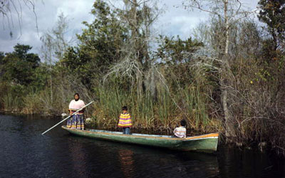 seminole_woman_and_child_dugout_canoe_along_tamiami_trail_1