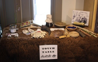 A table with serveral different Nez Perce and soldiers items for kids to touch.
