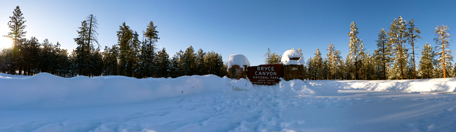 Main entrance sign to Bryce Canyon during winter.