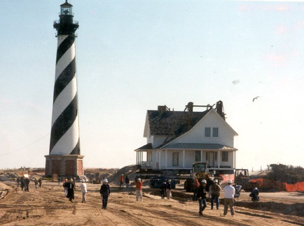 The Principal Keeper's Quarters moves ahead of the Cape Hatteras Lighthouse  to the new site.