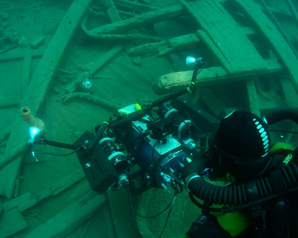 Rebreather diver filming with a 3D underwater camera system
