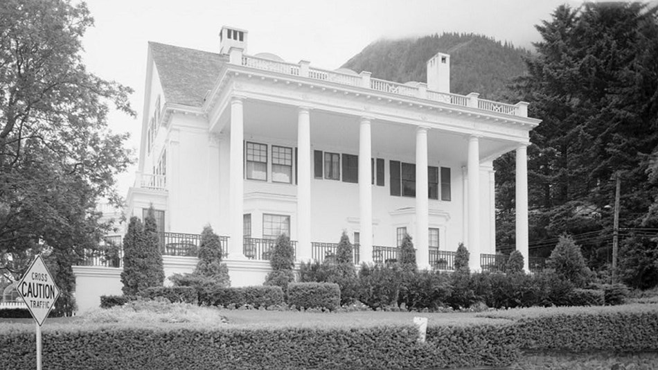 Black and white photo of the front of governor's mansion with large white pillars. Lib of Cong. CC0