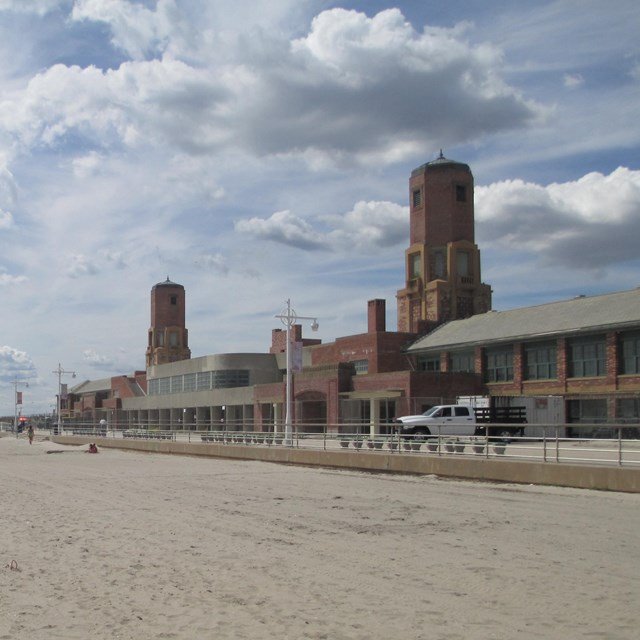 Photo of Riis Park bathhouse