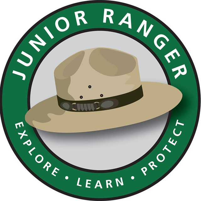 A ranger hat is centered in the middle of a green circle.