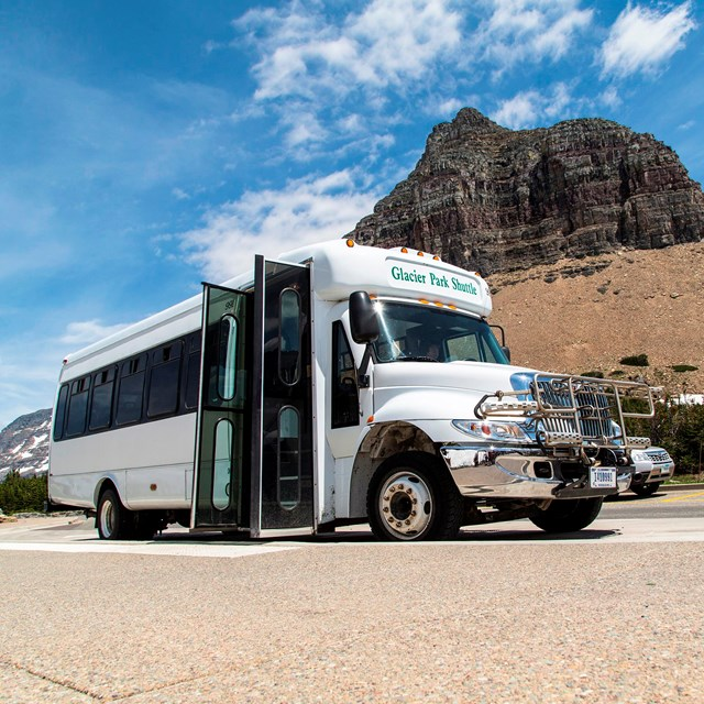 Park shuttle at Logan Pass