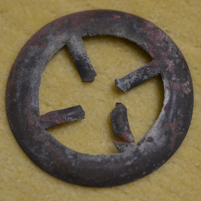 Metal circle with 4 prongs facing in