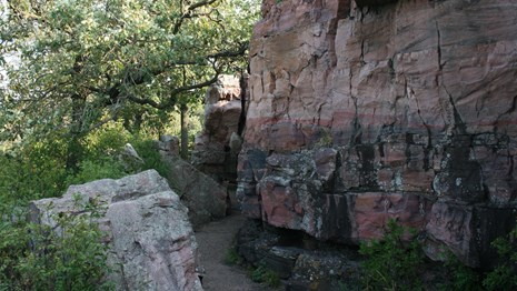 Circle trail along the Quartzite Cliffs
