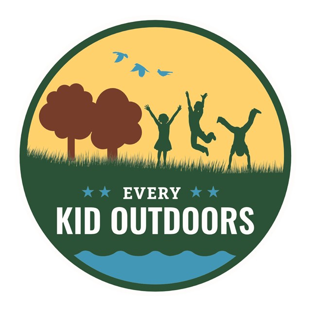 A logo shows three stylized kids playing on grass, near trees and birds, and the name of the program