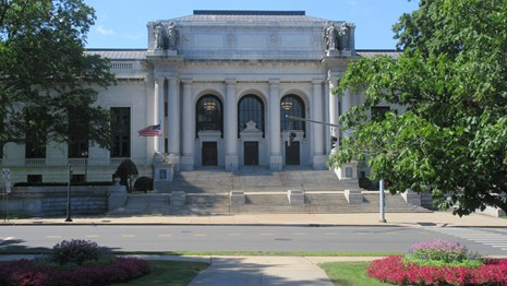 connecticut state library and supreme court building facade