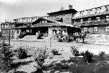 15523 2 HORSE CARRAIGE TO RIGHT OF FRONT ENTRANCE, EL TOVAR HOTEL. FAMILY ON PORCH. CIRCA 1905. GRAND CANYON NP. MUSEUM COLLECTION