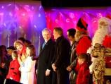 President George W. Bush and First Lady joined the entertainers to sing holiday carols on stage.