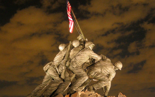 Sculpture of four servicemen raising a flag