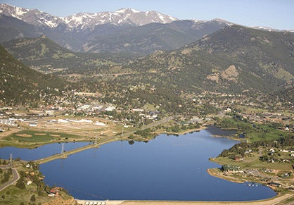 Landscape view of Lake Estes. The lake is surrounded by mountains