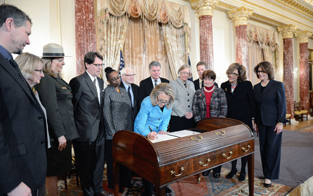 Secretary of State Clinton Signs the Declaration of Learning