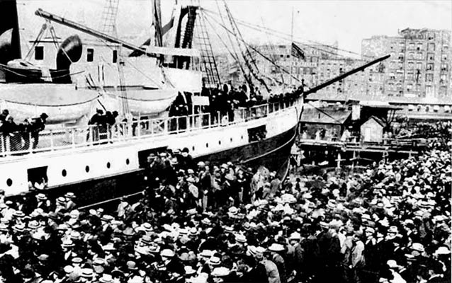 Masses desend of ships headed to the Klondike