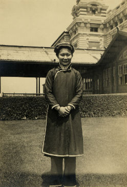 A Cantonese woman photographed outside the Main Immigration Building c. 1892-1927.