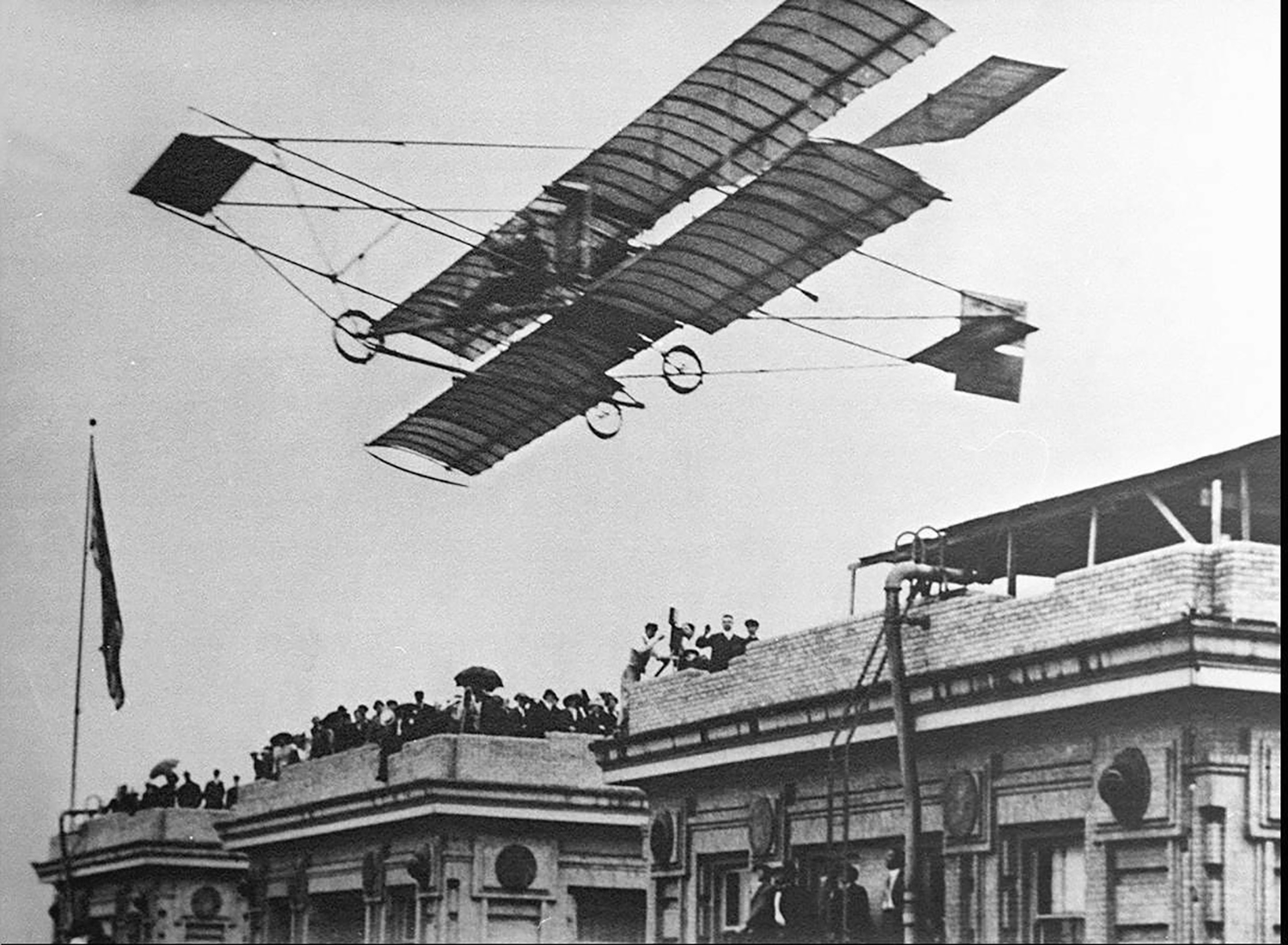 Photo of Curtiss Pusher aircraft taking off from hotel roof