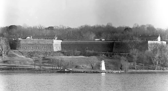 Image of Fort Washington with lighthouse in the foreground.