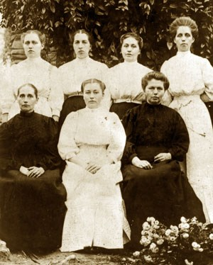 The seven Walker sisters pose for a photo