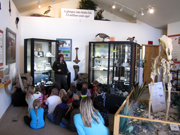 Ranger teaching students about a variety of fossils.