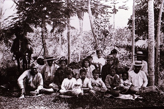 Hawaiian family group around 1895