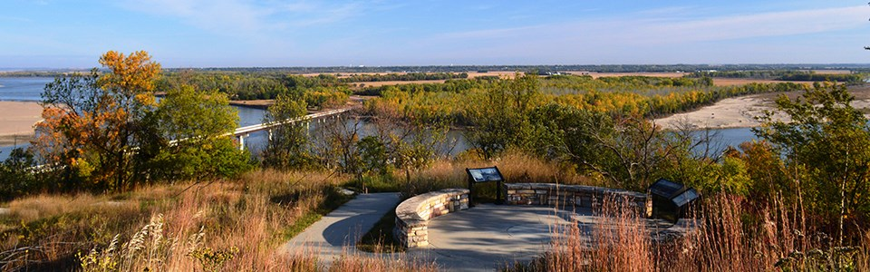 Image of Mulberry Bend Overlook with its interpretive wayside panels and the Missouri River in the background.