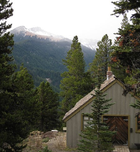 Ranger Station at Deer Park among trees and mountains.