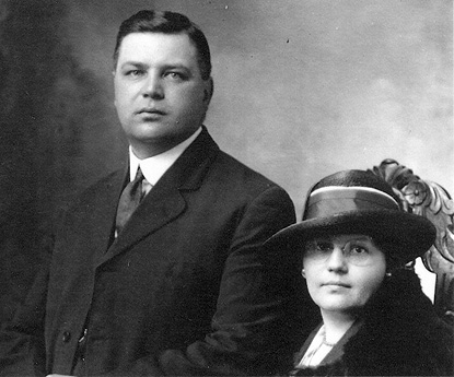Portrait of a well-dressed couple from the early twentieth century.