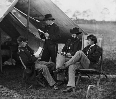 Civil-War-soldiers-reading-letter-from-home-520