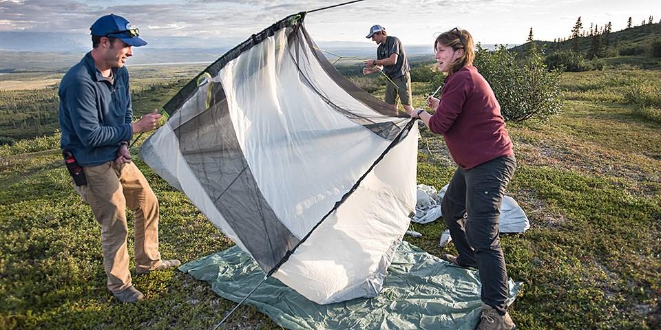 Bir adam ve bir kadın beyaz bir çadır kurdu