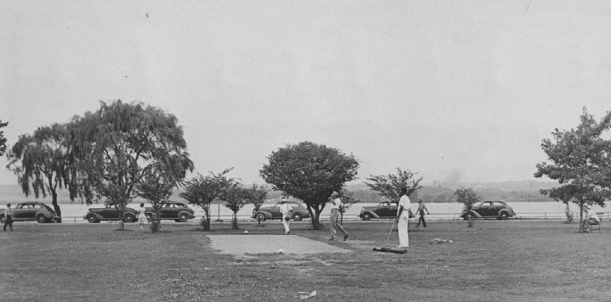 African American golfers protest segregation at East Potomac Park in 1941.