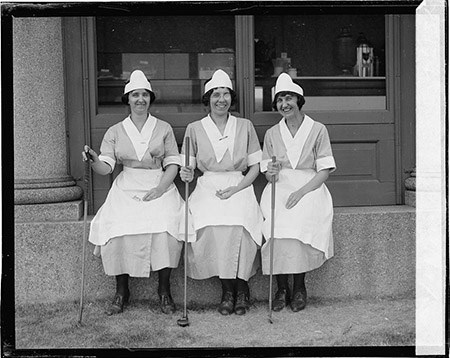 Three women with golf clubs at East Potomac Park, 1923 - Library of Congress