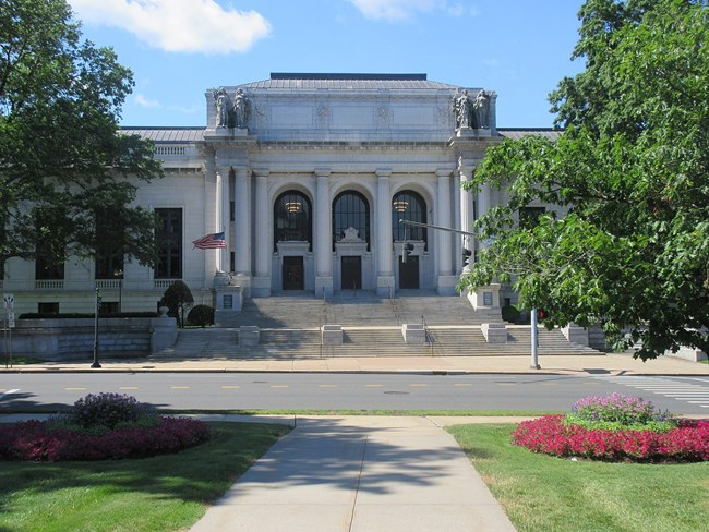 facade of the connecticut state library and supreme court building