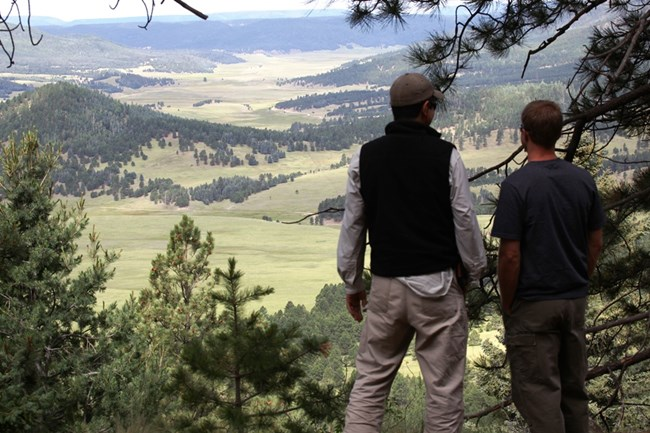 Two hikers looking out over the valles.
