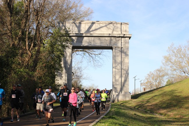 runners through the arch
