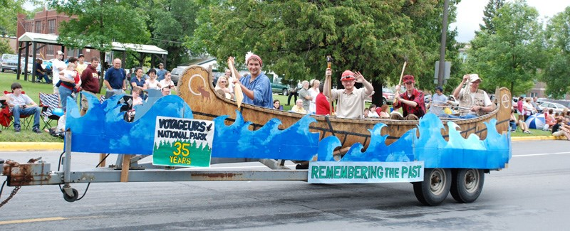 Voyageurs float in local parade