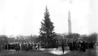 1923 National Christmas Tree with Washington Monument in background. Image from Library of Congress.