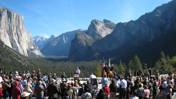 Large crowd gathers at Tunnel View with spectacular scenery